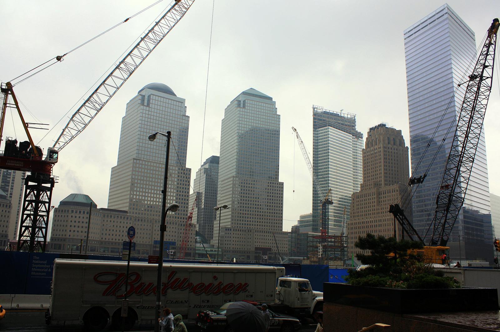 离华埠往南不远是联邦广场,各政府机构、立法部门以及市政厅都汇集于此。附近的布鲁克林大桥更是将曼哈顿与布鲁克林区连接在一起。这座19世纪中后期建成的钢铁大桥,是夜幕中步行欣赏曼哈顿夜景的好地方。世贸遗址也在这个地段,除了围栏上的911国家纪念场标示,八年后的今天已经感觉不到任何悲凉的气息,只留下人们对新的世贸中心的期待。 纽约是美国及当今世界的金融中心,不幸在这个行业底层摸爬滚打的我,清楚明白操盘者的暴利及伪善嘴脸。话虽如此,却不能阻止普通劳苦大众对华尔街的顶礼膜拜。人们都向往那一句话、一个动作就可令全球人